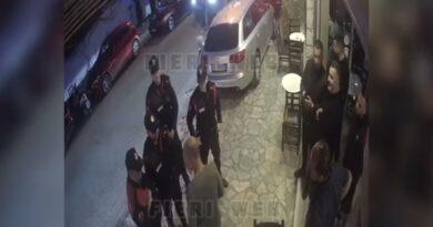 """VIDEO/ Përplasje në Sarandë! Kryekamerieri shtyn efektivin e forcave """"Shqiponja"""", pasi iu kërkua të ulte muzikën në lokal"""