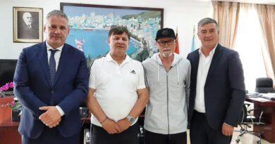 Adrian Gurma pret legjendat e futbollit vlonjat: Diskutim mbi aktivitetin sportiv që do zhvillohet në Sarandë